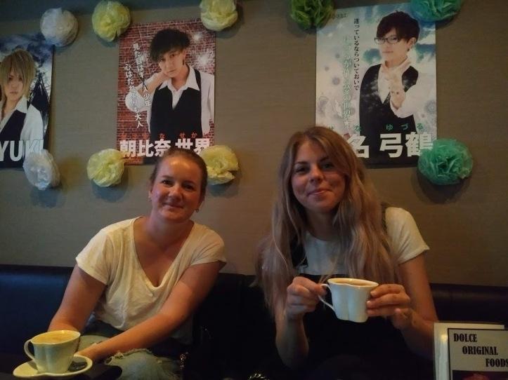 Madeleine ja Linda kahvilla Queen Dolcessa.