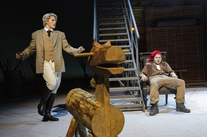 Helsingin Kaupunginteatteri – Humiseva harju – Kuvassa Martti Manninen ja Markku Haussila – Kuva © Robert Seger